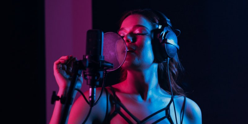 How To Sing Like Ariana Grande - 7 Key Pointers